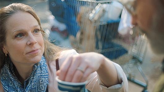 Une femme aide les sans-abris